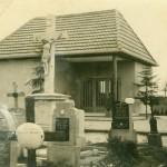 Tütschengereuther Friedhof mit Leichenhaus und Steinkreuz vor der Umgestaltung.