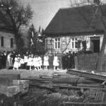 Kommunionzug von der Kirche zur alten Schule um 1950