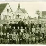 1955 mit Lehrer Josef Tyll auf der Hauptstraße